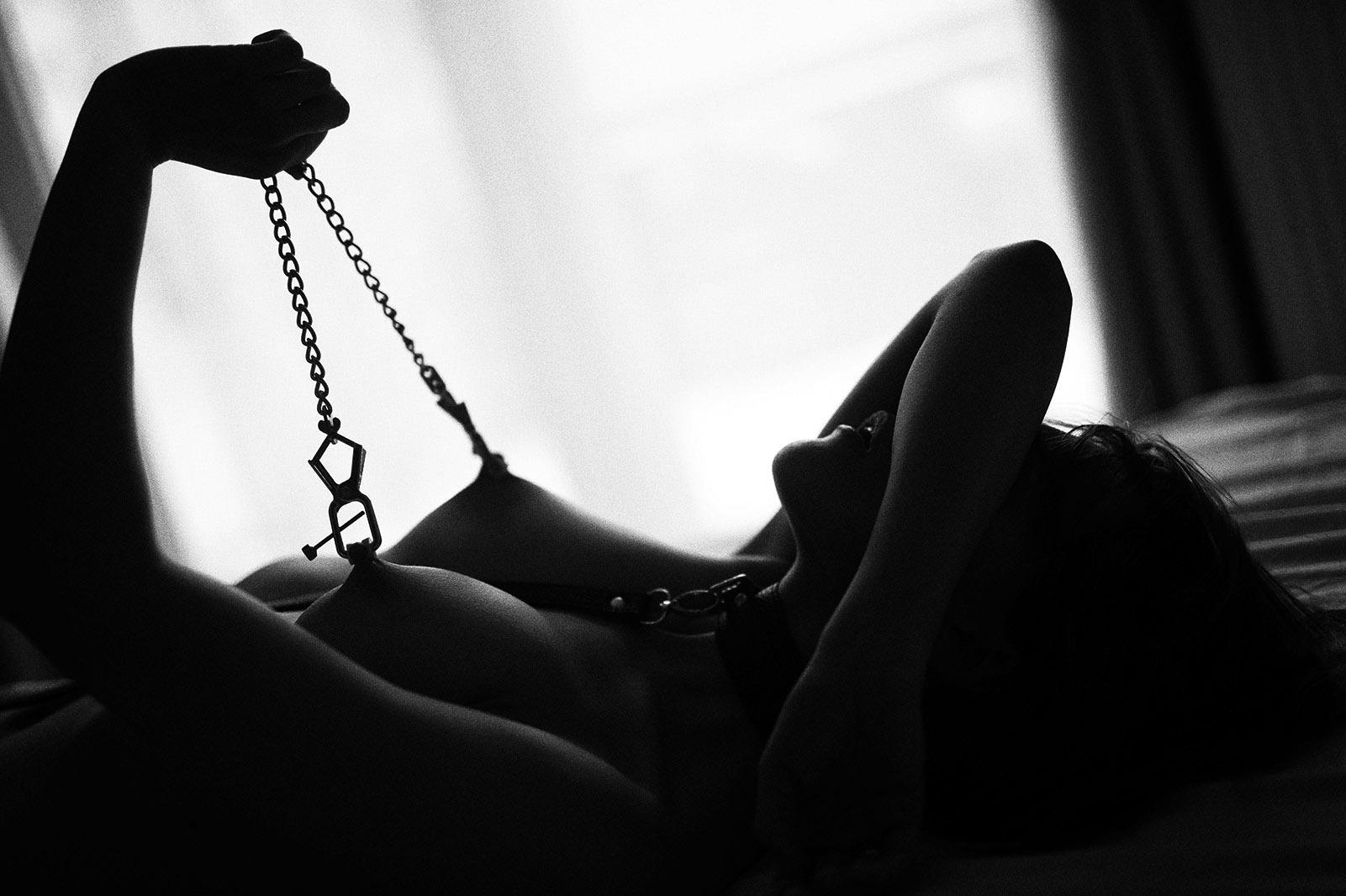 کشیدن شدن نیپل با زنجیر
