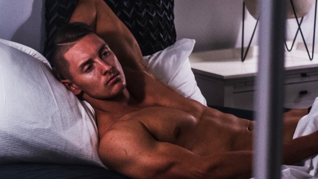 مردها زیر فشار تخت خواب