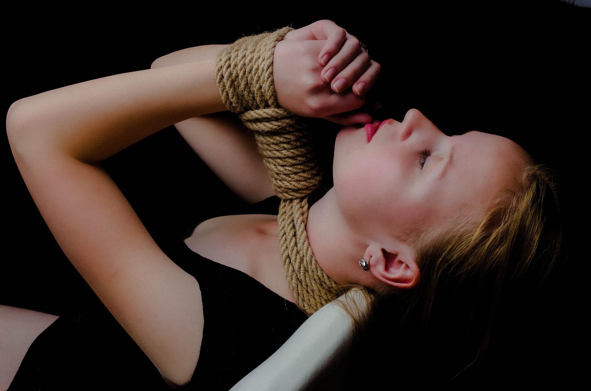 برده دختر باندیج شده
