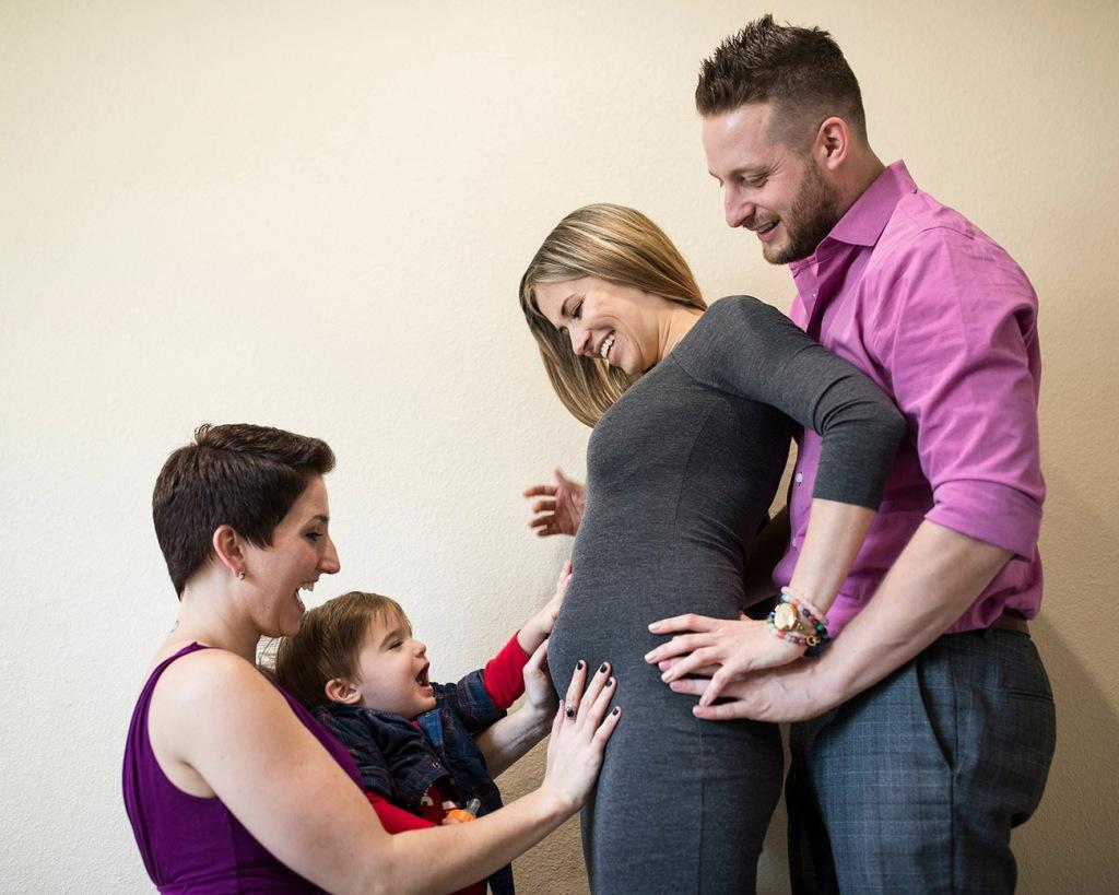 یک خانواده چند همسری مدرن و باردار